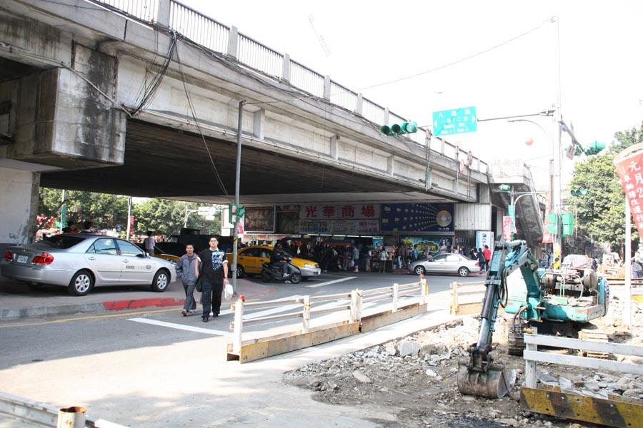 光華橋下の光華商場